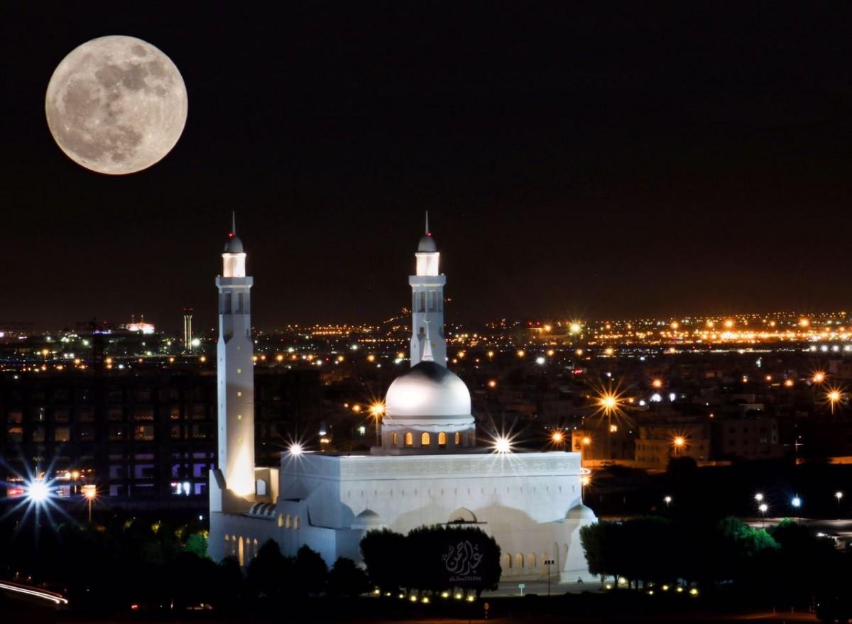 القمر العملاق في سماء السلطنة