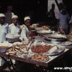 أولاد يبيعون الحلوى في سوق مطرح عام 1967م