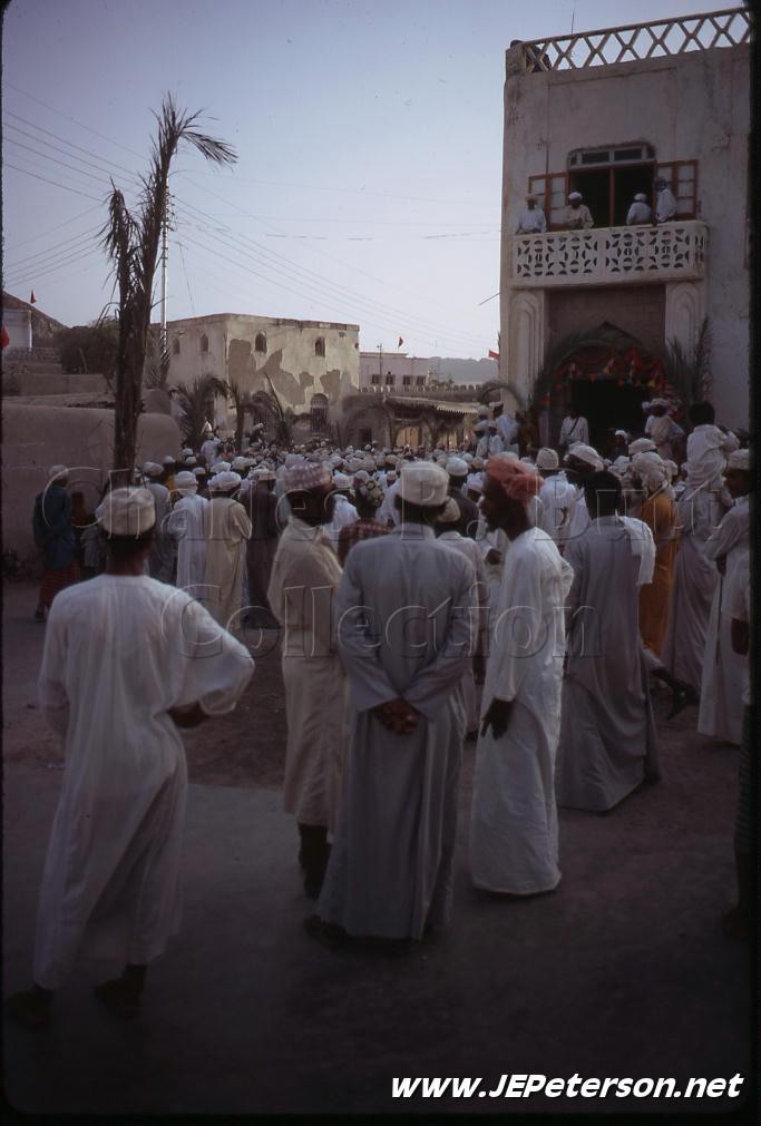 مواطنون أمام وزارة الداخلية في مطرح ينتظرون السلطان الجديد سنة 1970م