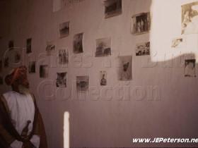 السيد عباس يشاهد صور الإنجليزي (تشارلز) عام 1969م