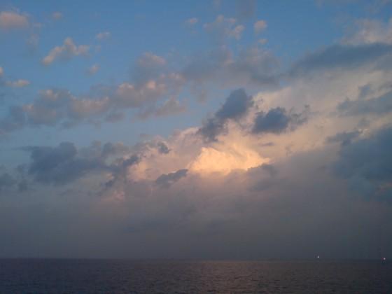 شروق بين الغيوم