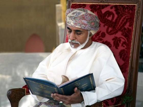 السلطان قابوس يتصفح