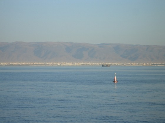 بحر وقارب - مدينة وجبال